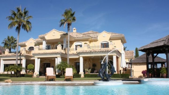 Benahavis, Villa with golf and sea views in Marbella Club Golf Resort