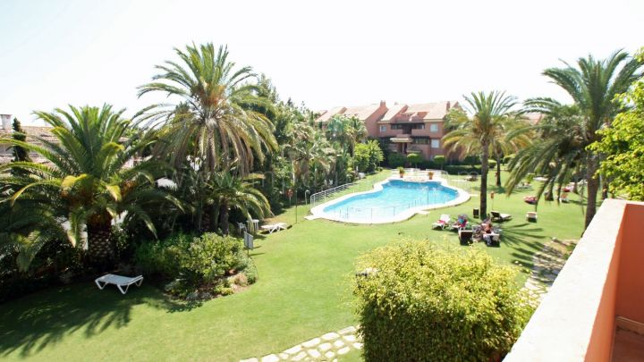 Marbella - Puerto Banus, 2 Bed Beach side apartment for Sale in Embrujo Playa