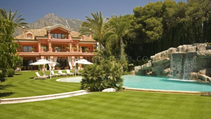 Marbella Golden Mile, Spectacular beachfront villa in Santa Petronila