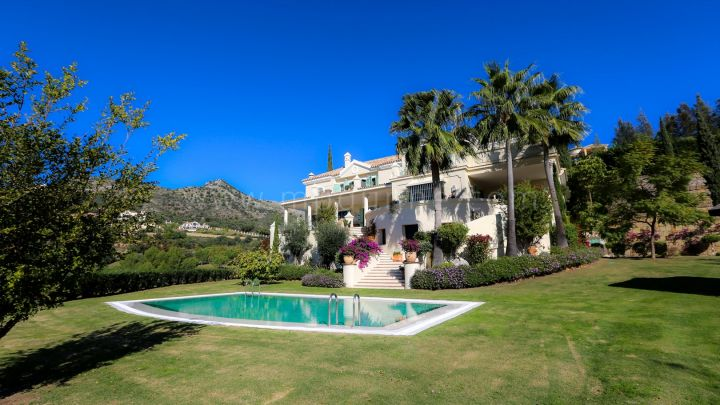 Benahavis, Elegant Villa in Superior Golf Resort with Panoramic Sea Views