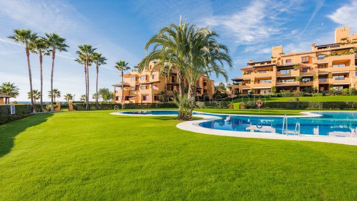 Estepona, 3 bedroom beachfront apartment in Los Granados del Mar