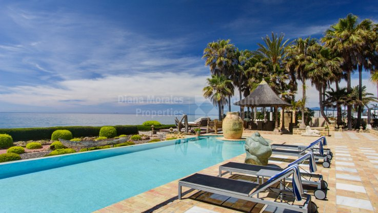 Imposing Beachfront Villa in Sought After Location - Villa for rent in Los Monteros, Marbella East