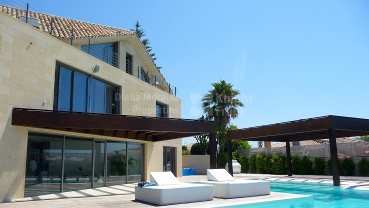 Modern Villa right on the seafront - Villa for sale in Las Chapas, Marbella East