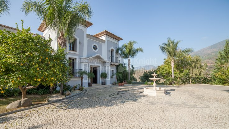 Magnificent Front Line Golf Property - Villa for sale in La Zagaleta, Benahavis