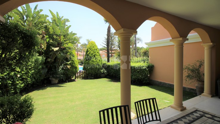 Sunny townhouse in beachfront development - Town House for sale in Venalmar, Estepona