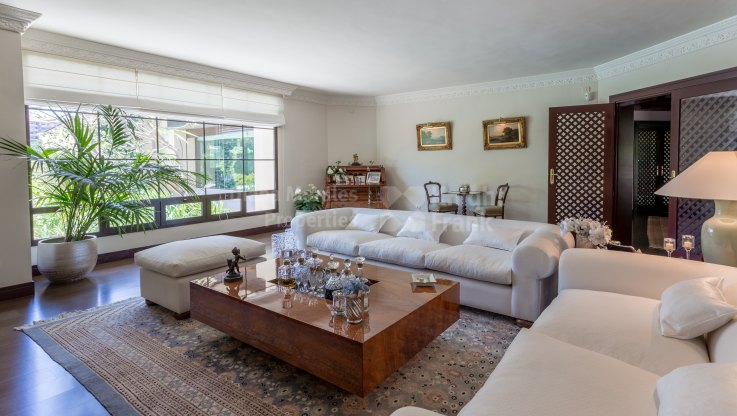 Villa in Golf Course with Original Design - Villa for sale in Rio Real, Marbella East