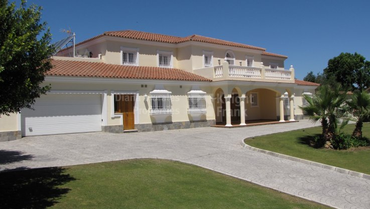 Close to Golf Course - Villa for sale in Sotogrande Playa, Sotogrande