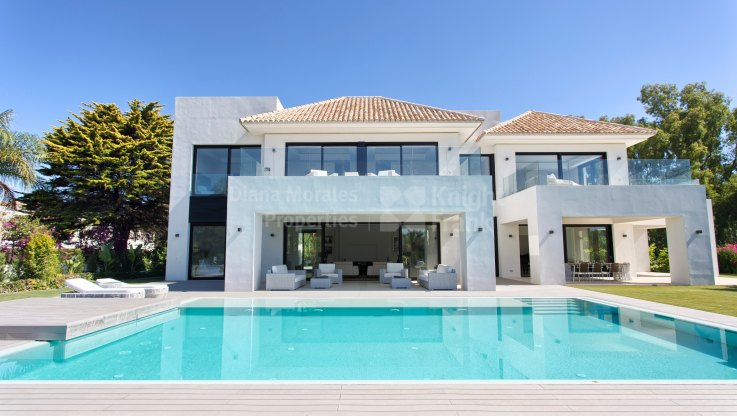 Casasola, Modern and sunny beachside villa