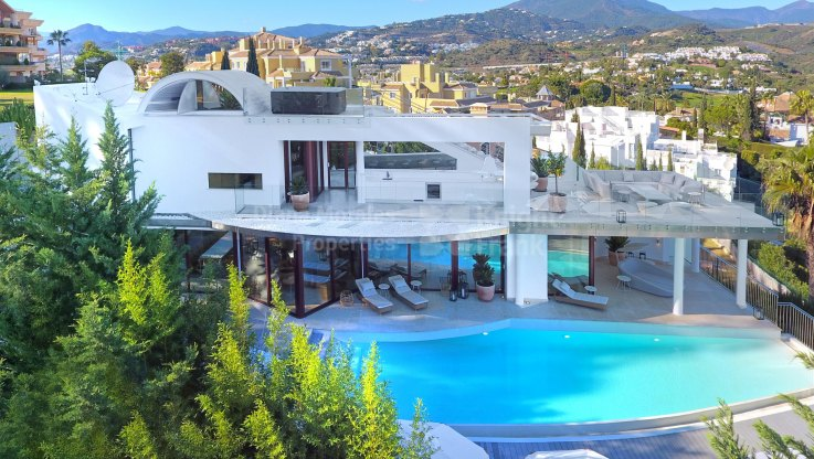 Nueva Andalucia, Contemporary living with views