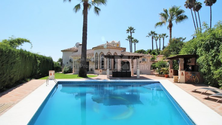 Nueva Andalucia, Outstanding Villa in the Heart of the Golf Valley