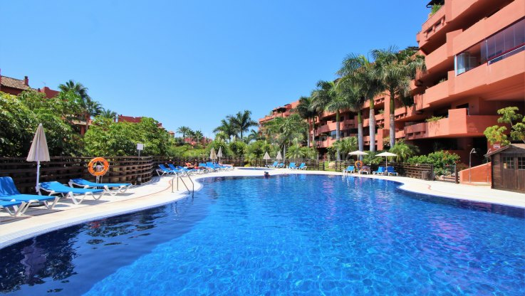 Beachfront Corner Apartment - Apartment for sale in Bahía del Velerín, Estepona