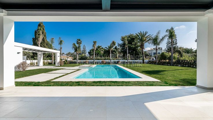 Modern and sunny beachside villa - Villa for sale in Casasola, Estepona