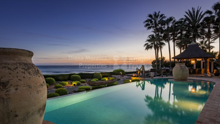 Stunning Beachfront Villa in Sought After Location - Villa for sale in Los Monteros, Marbella East