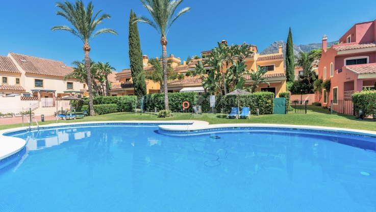 Semi detached villa with private garden - Semi Detached House for sale in El Tomillar de Nagüeles, Marbella Golden Mile