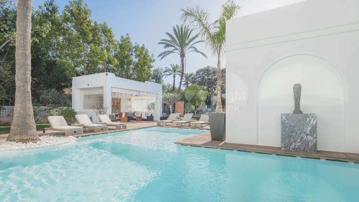 Beachside villa with two swimming pools - Villa for sale in Guadalmina Baja, San Pedro de Alcantara