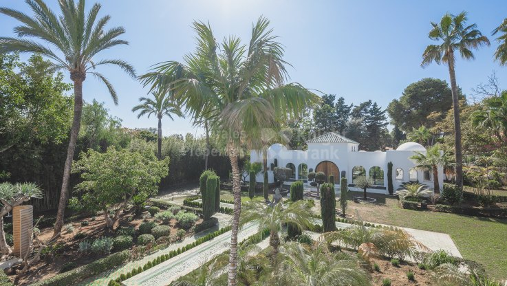 Guadalmina Baja, Beachside villa with two swimming pools