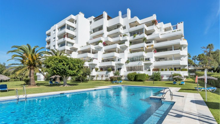Guadalmina Alta, Very large, bright and frontline golf apartment near the beach