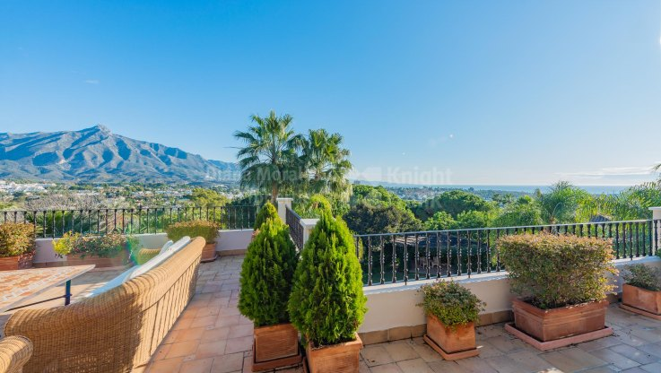 Nueva Andalucia, Villa with panoramic sea and mountain views