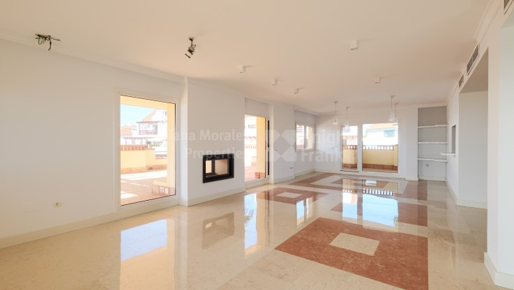 Five-bedroom penthouse in Marbella Golden Mile - Penthouse for sale in Las Cascadas, Marbella Golden Mile
