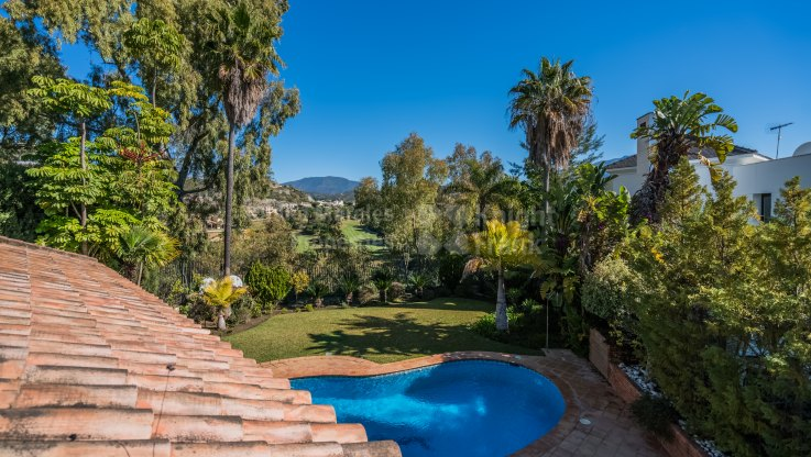 Four-bedroom villa in enclosed estate - Villa for sale in El Herrojo, Benahavis
