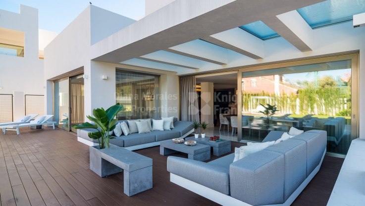 Newly built contemporary villa within walking distance to the beach - Villa for sale in Marbella Golden Mile