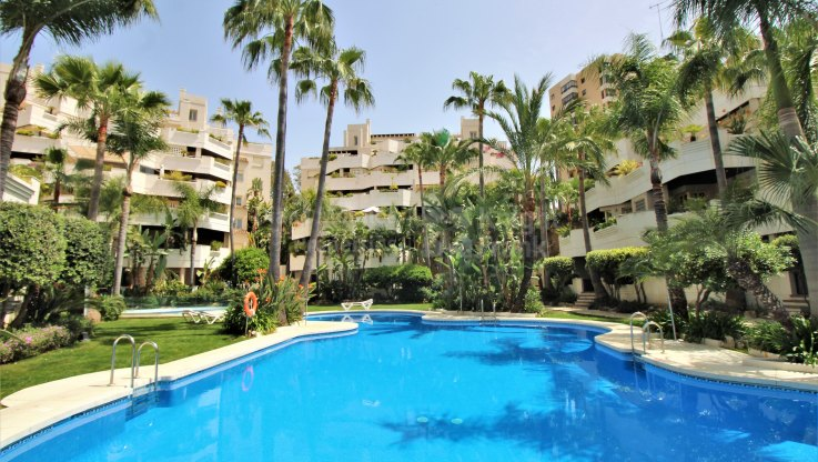 Fuente Aloha, Apartment with garden and pool views