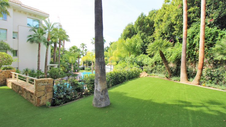 Apartment with pool in the Golden Mile - Ground Floor Apartment for sale in El Retiro de Nagüeles, Marbella Golden Mile
