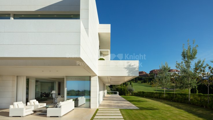 Contemporary frontline golf living - Villa for sale in Los Flamingos Golf, Benahavis