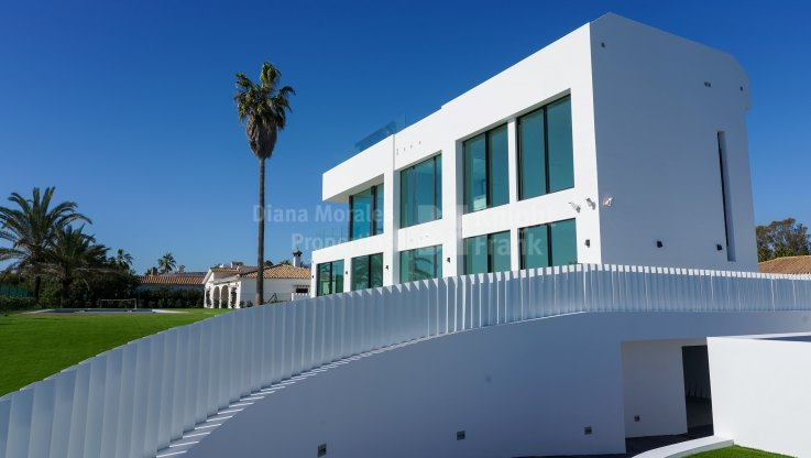 Turn key project in front line beach position - Villa for sale in New Golden Mile, Estepona