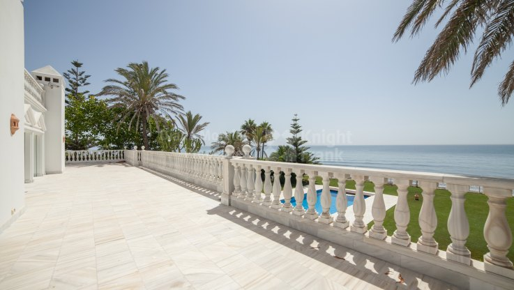 Frontline Beach Splendour - Villa for sale in Casasola, Estepona