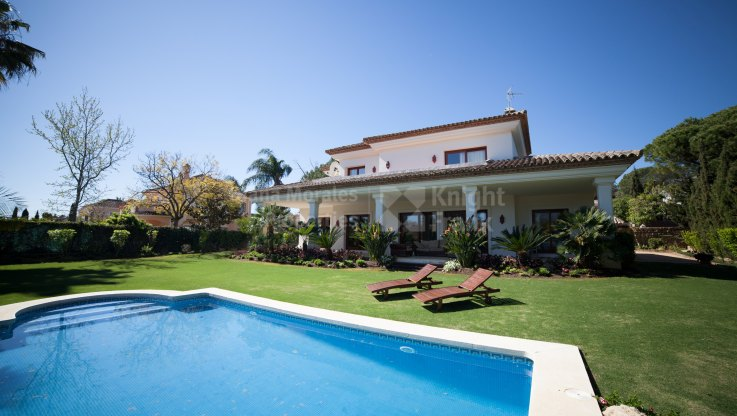 Villa in the Golf Valley with amazing mountain views - Villa for sale in Las Brisas, Nueva Andalucia