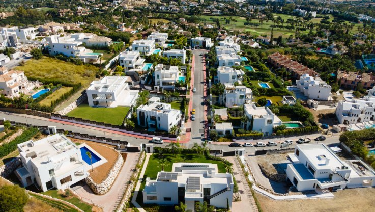 Nueva Andalucia, Modern living within gated community