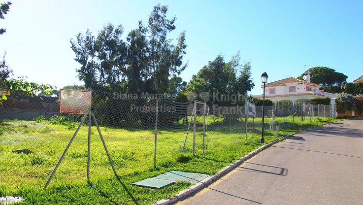 Beachside building plot in La Reserva de Los Monteros, Marbella