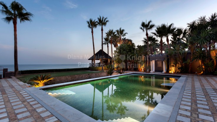 Los Monteros, Impressive frontline beach villa for rent