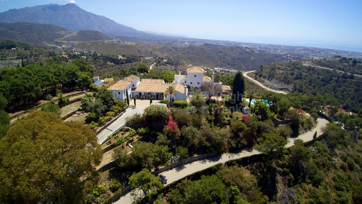 Benahavis, Rustic villa with sea views in gated community surrounded by nature