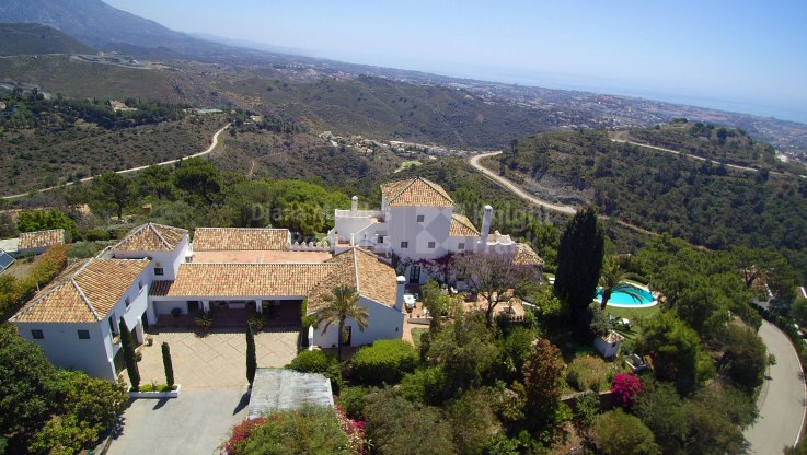 Rustic villa with sea views in gated community surrounded by nature - Villa for sale in El Madroñal, Benahavis