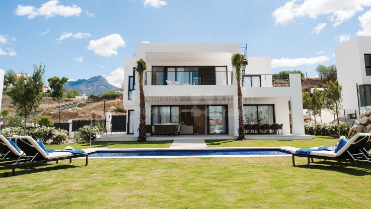 Nueva Andalucia, Modern villa in a fenced urbanization