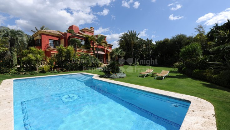Elegant villa on the Golden Mile of Marbella - Villa for sale in Altos de Puente Romano, Marbella Golden Mile