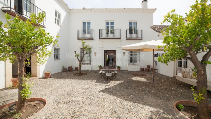 Fusion of Tradition and Comfort - Villa for sale in Puerto del Almendro, Benahavis