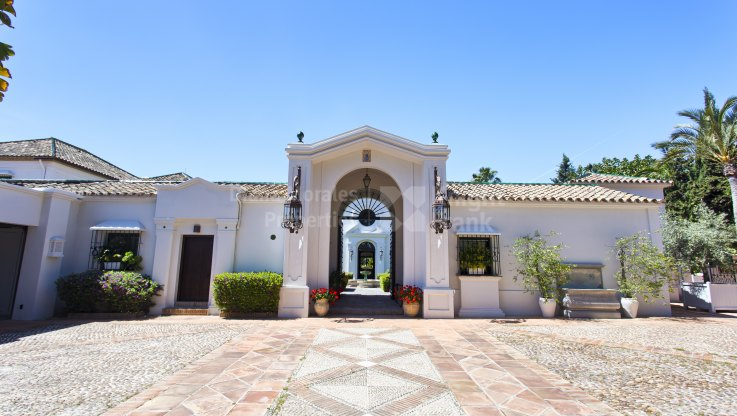 Guadalmina Baja, Cortijo Style Property in Beachside Estate