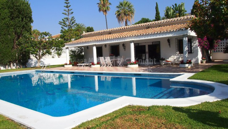 Lovely Villa in Sought After Location - Villa for rent in Los Monteros, Marbella East