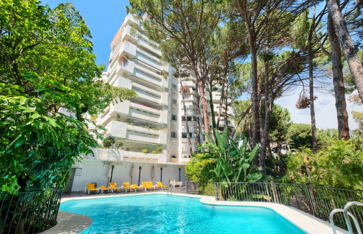 Large three bedroom apartment next to the Marbella promenade.