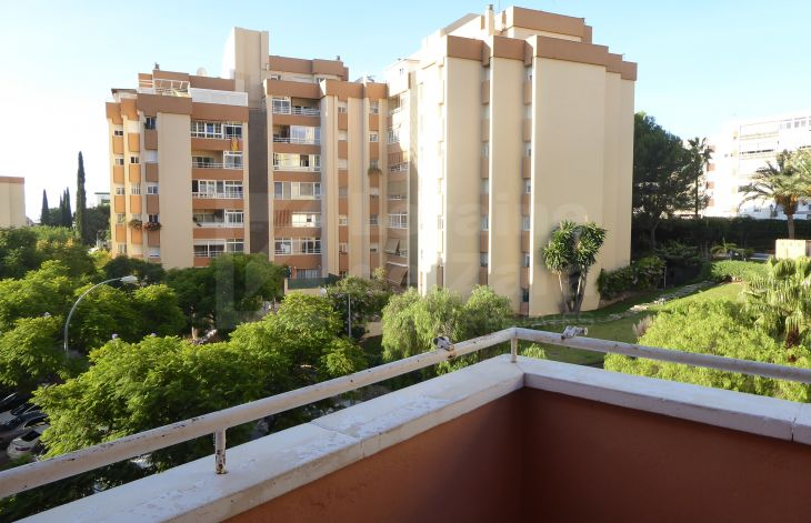Bright 3 bedroom apartment to reform in the urban area of Marbella