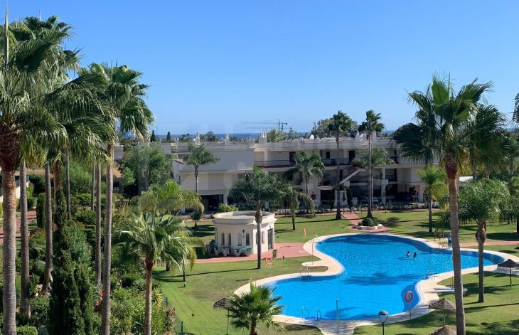 Spacious corner penthouse with large terrace in Lorcrimar, on Marbella's Golden Mile
