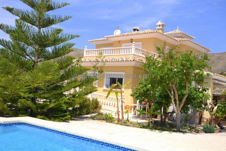 El Campello, Attractive 3-storey villa with pool and elevator in the Coveta Fumá.