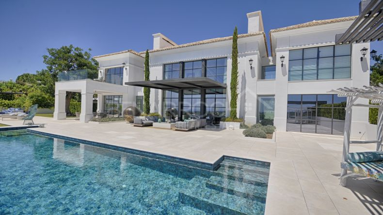 Front line golf villa in Los Flamingos Golf, Benahavis