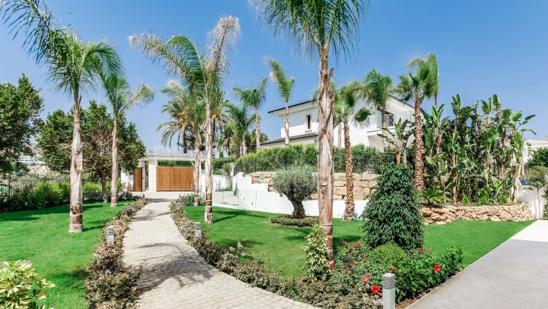 First line golf villa in Los Naranjos, Nueva Andalucia