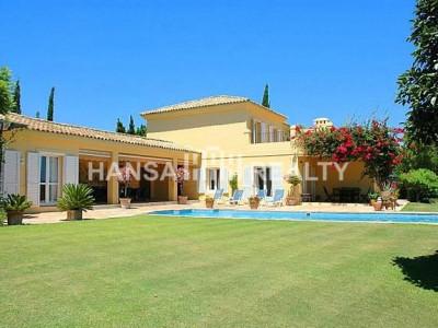 Middelhavsstil villa med nydelig sjøutsikt