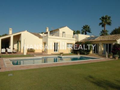 Classic-Style villa located in quiet cul-de-sac