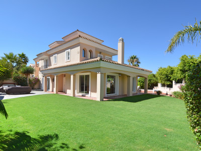 Villa for sale in La Duquesa, Manilva